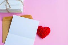 Lettre d'amour avec les coeurs rouges, lettre vide Photo libre de droits