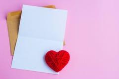 Lettre d'amour avec les coeurs rouges, lettre vide Image stock