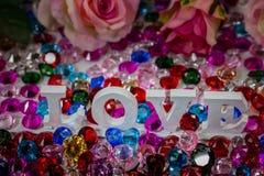 lettre d'amour blanche à l'intérieur des diamants colorés Photographie stock libre de droits