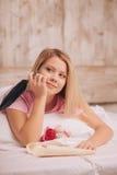 Lettre d'amour d'écriture de femme avec le stylo de plume Images stock