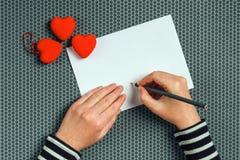 Lettre d'amour d'écriture de femme pour le jour de valentines Image stock