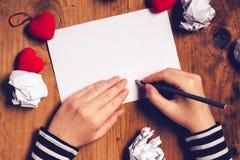 Lettre d'amour d'écriture de femme pour le jour de valentines Image libre de droits