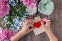 Lettre d'amour d'écriture pour le jour de valentine Image libre de droits