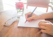 Lettre d'amour d'écriture sur la table romantique Photographie stock libre de droits