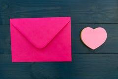 Lettre d'amour dans l'enveloppe rose avec la forme de coeur d'amour Photos libres de droits