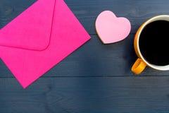 Lettre d'amour dans l'enveloppe rose avec la forme de coeur d'amour et le Cu de café Photo libre de droits