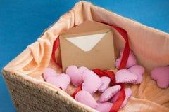 Lettre d'amour dans la boîte complètement de coeurs de rose de peluche Invitation romantique d'événement pour des vacances de jou Photo stock