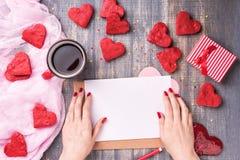 Lettre d'amour de jour du ` s de Valentine sur le fond en bois Photo libre de droits