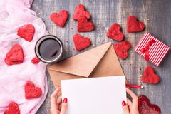 Lettre d'amour de jour du ` s de Valentine sur le fond en bois Photographie stock libre de droits