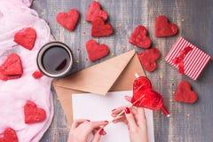 Lettre d'amour de jour du ` s de Valentine sur le fond en bois Images libres de droits