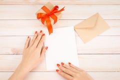Lettre d'amour de jour du ` s de Valentine sur le fond en bois Brown enveloppent, Photo libre de droits