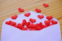 Lettre d'amour de jour de valentines L'enveloppe ouverte et beaucoup ont senti des coeurs Photo stock