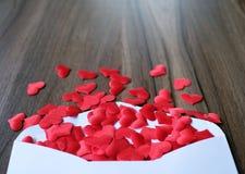Lettre d'amour de jour de valentines L'enveloppe ouverte et beaucoup ont senti des coeurs Image stock