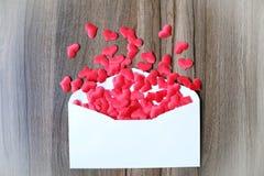 Lettre d'amour de jour de valentines L'enveloppe ouverte et beaucoup ont senti des coeurs Image libre de droits