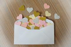 Lettre d'amour de jour de valentines L'enveloppe ouverte et beaucoup ont senti des coeurs Photo libre de droits