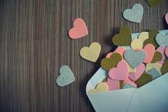 Lettre d'amour de jour de valentines L'enveloppe ouverte et beaucoup ont senti des coeurs photographie stock libre de droits
