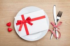 Lettre d'amour de Saint-Valentin au-dessus de plat avec l'argenterie Photos stock