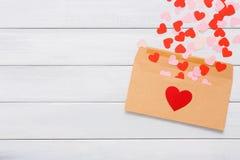 Lettre d'amour de Saint Valentin sur le fond en bois blanc Photographie stock libre de droits