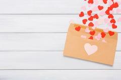 Lettre d'amour de Saint Valentin sur le fond en bois blanc Image stock