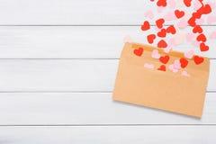 Lettre d'amour de Saint Valentin sur le fond en bois blanc Photos stock
