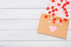 Lettre d'amour de Saint Valentin sur le fond en bois blanc Photos libres de droits