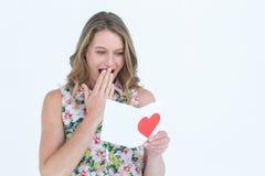 Lettre d'amour de sourire de lecture de femme Photo stock