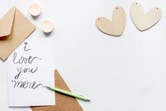 Lettre d'amour de Valentine Day de concept sur la vue supérieure de fond blanc Photographie stock