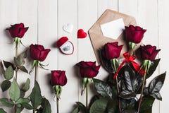 Lettre d'amour d'enveloppe de jour de valentines avec la bague de fiançailles de carte de voeux Photo libre de droits