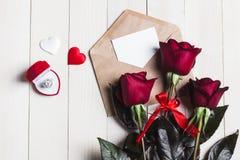 Lettre d'amour d'enveloppe de jour de valentines avec la bague de fiançailles de carte de voeux Photos stock