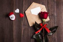Lettre d'amour d'enveloppe de jour de valentines avec la bague de fiançailles de carte de voeux Images libres de droits