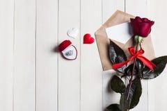 Lettre d'amour d'enveloppe de jour de valentines avec la bague de fiançailles de carte de voeux dans la boîte Photos stock