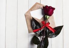 Lettre d'amour d'enveloppe de jour de valentines avec la rose de rouge de jour de mères de carte de voeux Photos stock