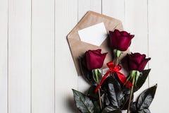 Lettre d'amour d'enveloppe de jour de valentines avec la rose de rouge de jour de mères de carte de voeux Images stock