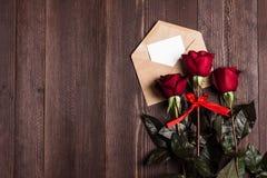 Lettre d'amour d'enveloppe de jour de valentines avec la rose de rouge de jour de mères de carte de voeux Photographie stock libre de droits