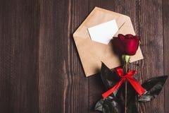 Lettre d'amour d'enveloppe de jour de valentines avec la rose de rouge de jour de mères de carte de voeux Photo stock
