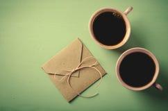 Lettre d'amour, enveloppe et deux tasses de café roses Carte de Valentines Configuration horizontale et plate Image stock