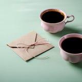 Lettre d'amour, enveloppe et deux tasses de café roses Carte de Valentines Configuration horizontale et plate Image libre de droits
