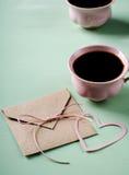 Lettre d'amour, enveloppe et deux tasses de café roses Carte de Valentines Verticale, configuration plate Photographie stock
