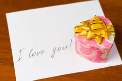 Lettre d'amour et cadre de cadeau du valentine Photographie stock