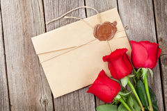 Lettre d'amour et roses rouges Image stock