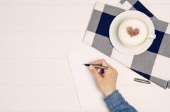 Lettre d'amour femelle d'écriture de main sur la table blanche, vue supérieure Photo libre de droits