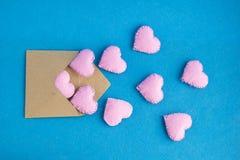 Lettre d'amour L'enveloppe avec des coeurs volent  Carte de voeux d'invitation ou de vacances de jour du ` s de Valentine Photographie stock libre de droits