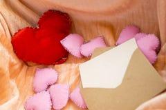 Lettre d'amour pour le concept de jour de valentines Ouvrez l'enveloppe avec la carte dans la boîte complètement de jouets de coe Photo libre de droits