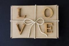 Lettre d'amour sur le boîte-cadeau de front avec le ruban de papier de ficelle Image libre de droits