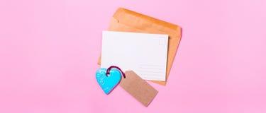 Lettre d'amour vide de carte postale avec un coeur Photos stock