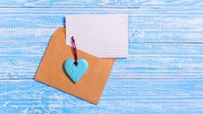 Lettre d'amour vide de carte postale avec un coeur Photo libre de droits