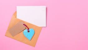 Lettre d'amour vide de carte postale avec un coeur Photo stock