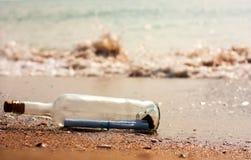 Lettre dans une bouteille Photo stock