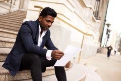 Lettre de lecture d'homme d'affaires images libres de droits