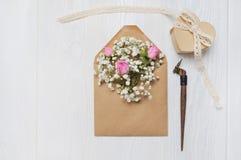 Lettre de maquette avec des fleurs et carte de voeux calligraphique de stylo pour le jour du ` s de St Valentine dans le style ru Image stock